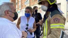 La alcaldesa de Toledo, Milagros Tolón, y el concejal de Seguridad Ciudadana, Juan José del Pino, en el incendio de una vivienda en el barrio de Santa Bárbara