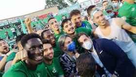 FOTO: Milagros Tolón, tras el manteo de los jugadores.