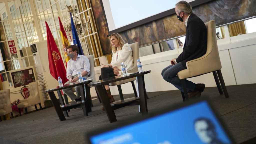 El alcalde de Madrid, José Luis Martínez-Almeida; la vicesecretaria de Organización del PP y presidenta del PP de Navarra, Ana Beltrán, y el alcalde de Zaragoza, Jorge Azcón, durante el acto de clausura del I Foro Pepe Núñez.