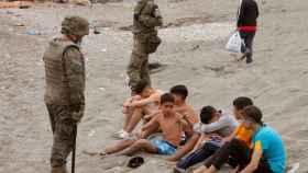 El Ejército de Tierra vigila a un grupo de inmigrantes menores en las playas de Ceuta.