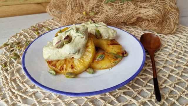 Piña asada con mousse de pistacho