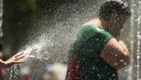 Una persona se refresca debido a las altas temperaturas.