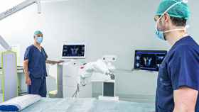 El robot Mazor X operado por el equipo del Dr. Clavel.