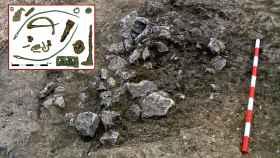 Piedras cubriendo una de las tumbas de Monte Bernorio y los objetos metálicos recuperados en el mismo espacio funerario.