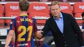 Frenkie De Jong y Ronald Koeman, durante un partido del Barça