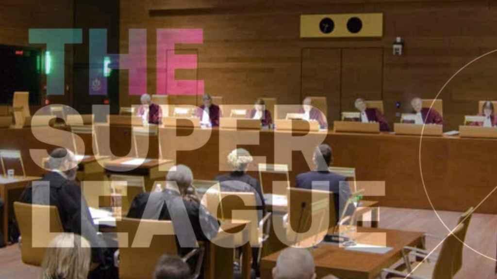 Una sala del Tribunal de Justicia de la Unión Europea y el logo de la Superliga Europea, en un fotomontaje