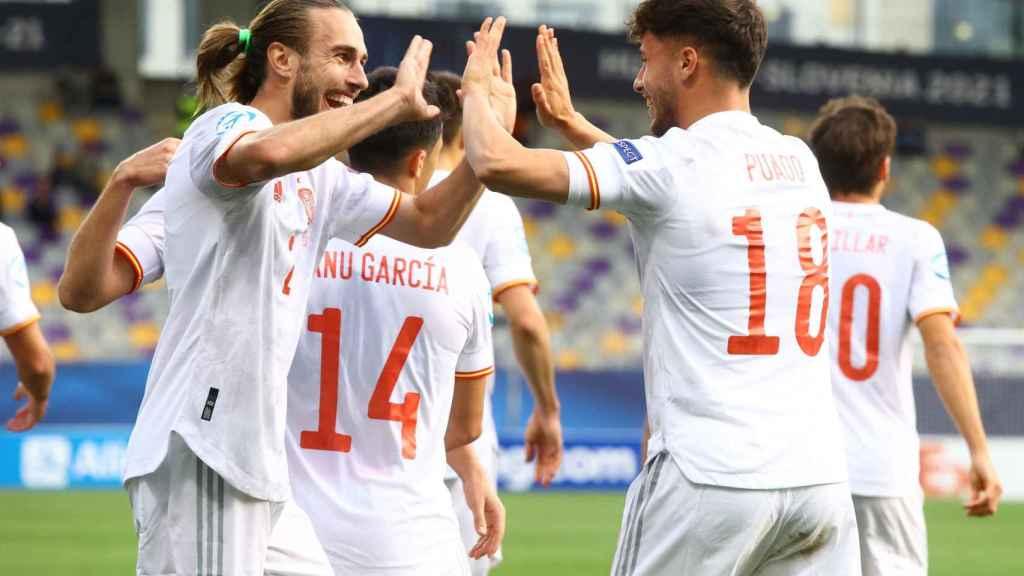 Óscar Mingueza y Javi Puado celebran el gol de la selección de España sub21 ante Croacia