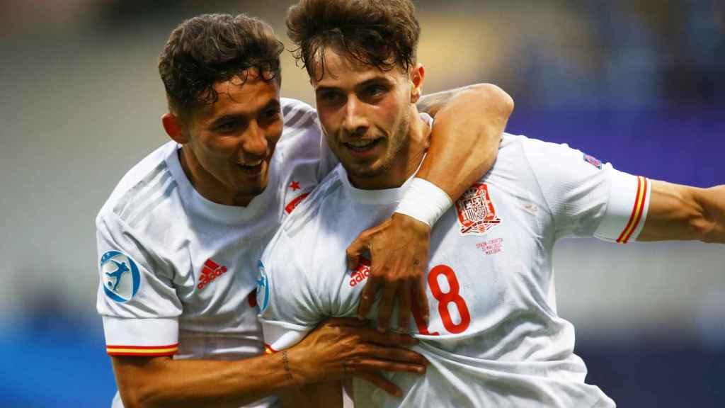 Yeremi Pino y Javi Puado celebran el segundo gol ante Croacia en los cuartos de final del Europeo sub21