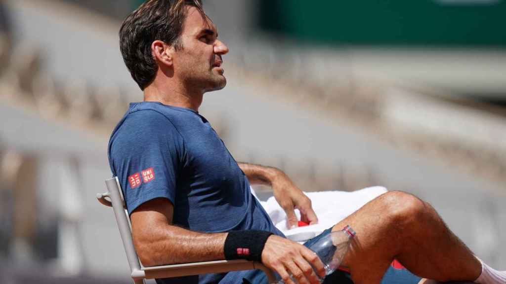 Federer, durante un entrenamiento en Roland Garros.