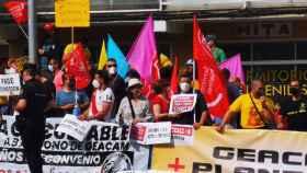Un grupo de trabajadores de Geacam a las puertas del teatro Buero Vallejo de Guadalajara