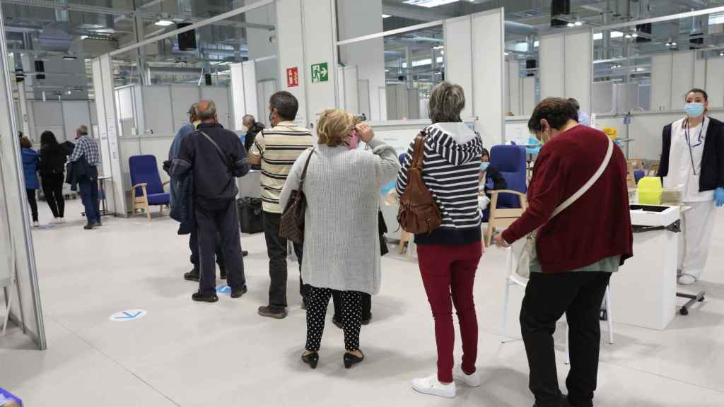 Varias personas acuden a recibir la vacuna contra el Covid-19 en el Hospital Enfermera Isabel Zendal, en Madrid..