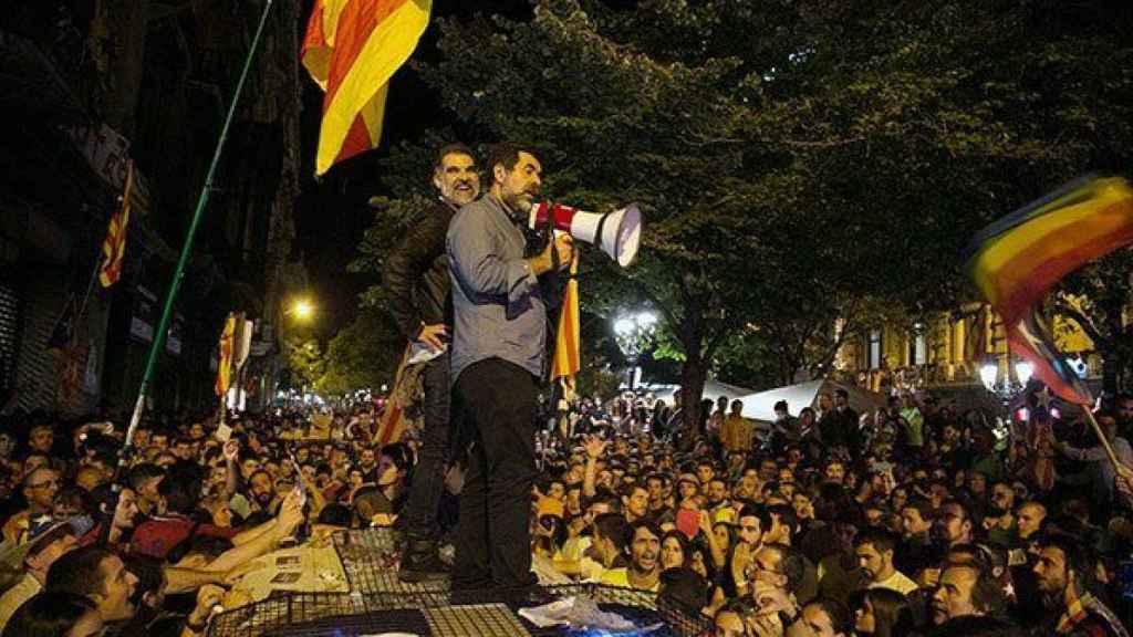 Sànchez y Cuixart, encima de un coche de la Guardia Civil durante los incidentes del 20 de septiembre de 2017./