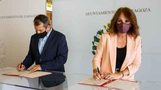 Firma del acuerdo entre la concejala de Economía, Innovación y Empleo del Ayuntamiento de Zaragoza, Carmen Herrarte,  y  el presidente de ECOS, José Antonio Pueyo.