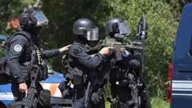 Los agentes en el lugar en el que se ha escondido el exmilitar.