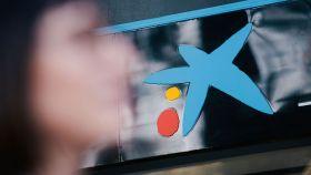 Logo de CaixaBank en una sucursal bancaria.