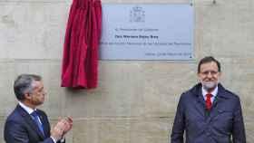 Íñigo Urkullu y Mariano Rajoy inauguran la placa del Memorial de Víctimas del Terrorismo.