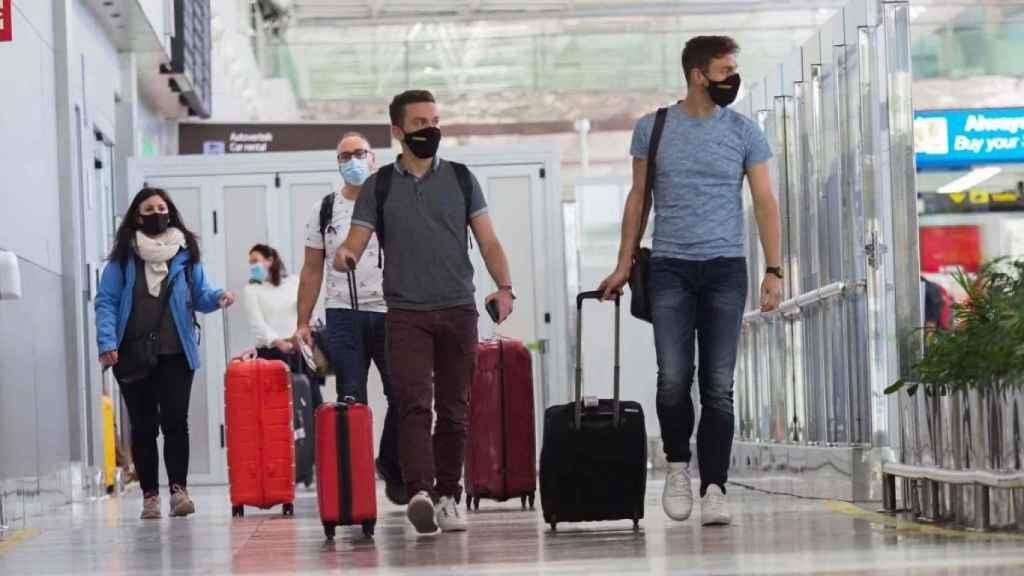 Viajeros en un aeropuerto.