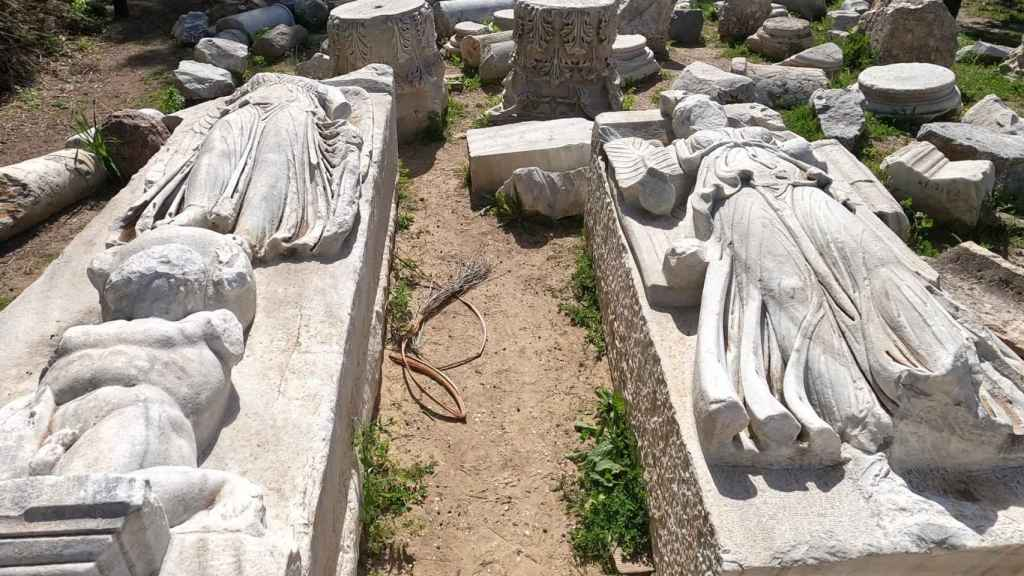 Esculturas de mármol halladas en el yacimiento.