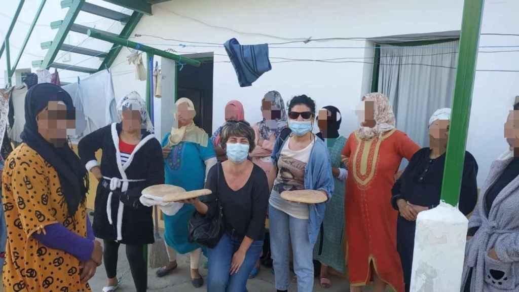 Inma León, en el centro con gafas de sol, con las temporeras marroquíes de Huelva.