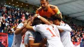 Álvaro Fernández, en la cumbre de la piña de celebración del segundo gol de España ante Croacia en los cuartos de final del Europeo sub21 de 2021