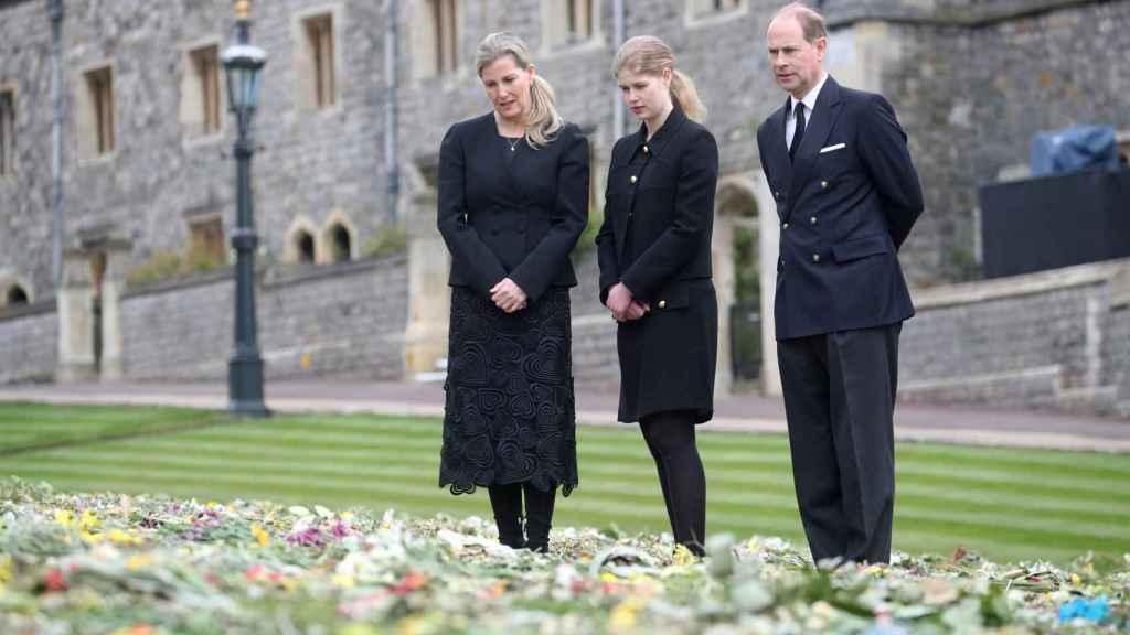 Sophie de Wessex junto al príncipe Eduardo y su hija, en el servicio religioso en memoria al duque de Edimburgo.