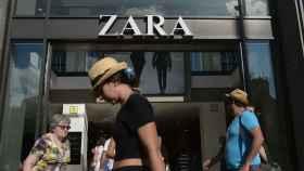 Una chica pasea por delante de una tienda de Zara.