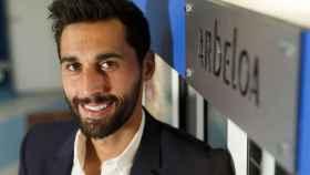 Álvaro Arbeloa, junto a la que fue su taquilla en el Real Madrid.