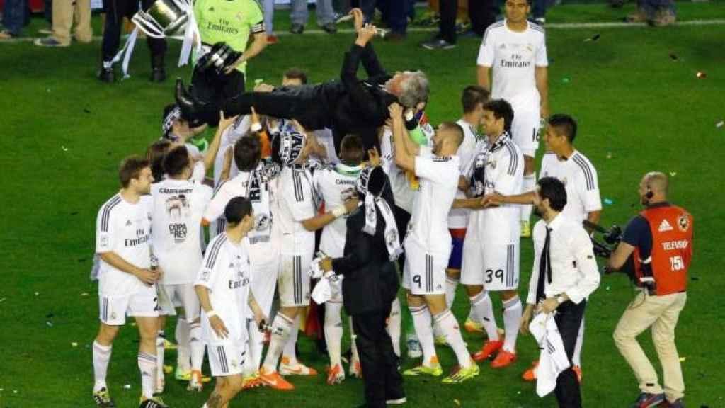 Ancelotti, manteado tras ganar la Copa del Rey 2013/2014