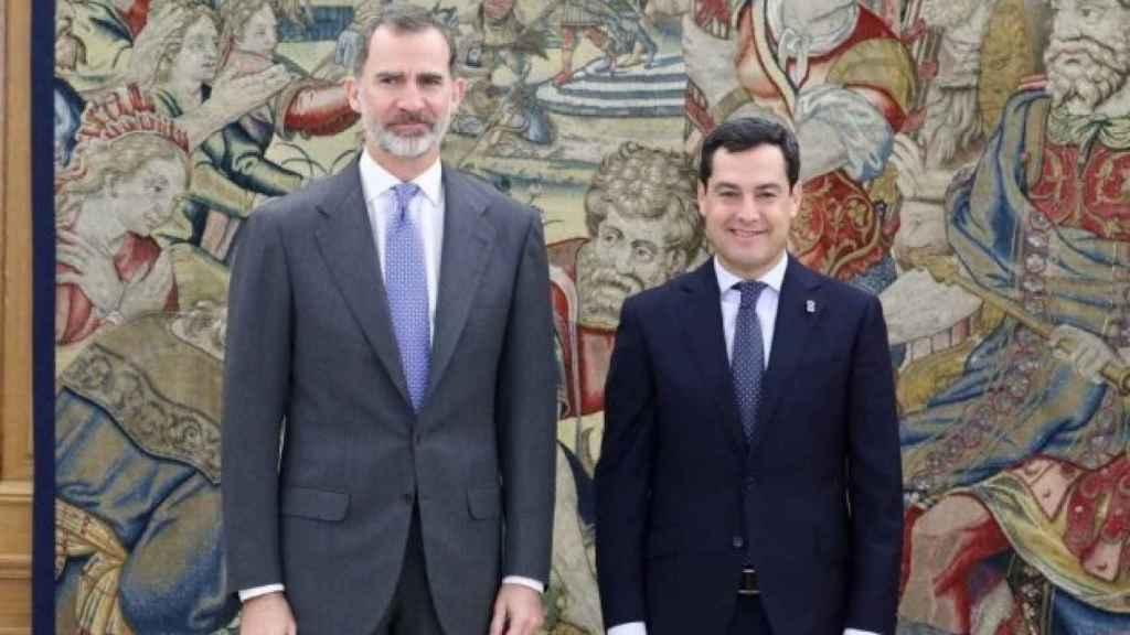El Rey Felipe VI y el presidente de la Junta, Juanma Moreno.
