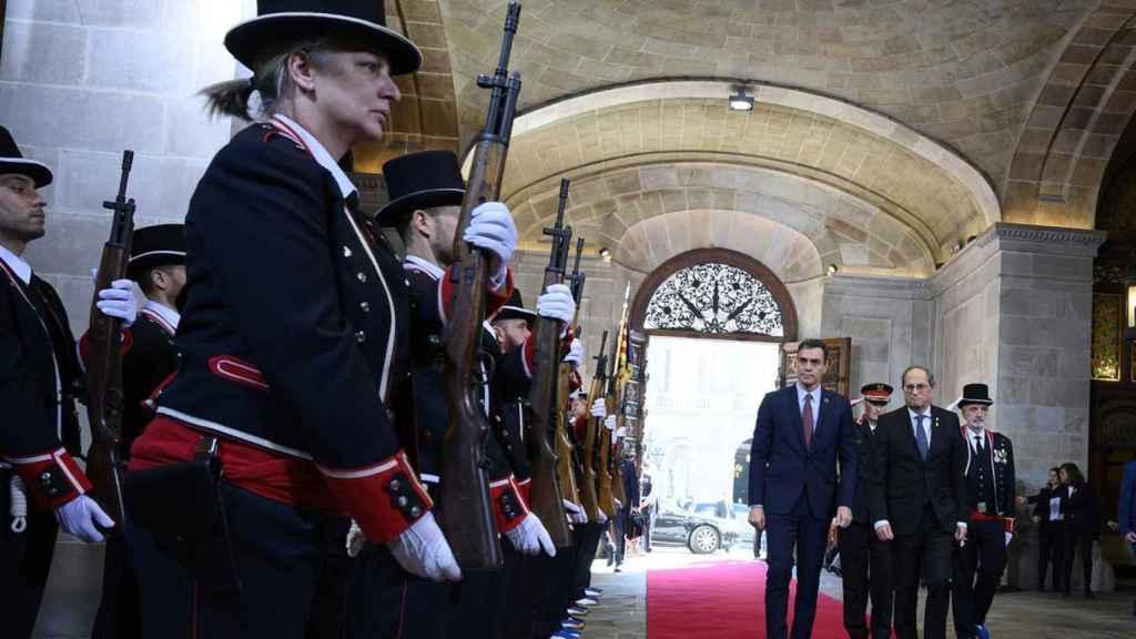El presidente del Gobierno, Pedro Sánchez, y el entonces president de la Generalitat de Cataluña, Quim Torra, en el Palau de la Generalitat.