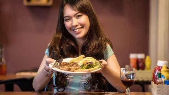 Una mujer turca con un plato típico del país mediterráneo.