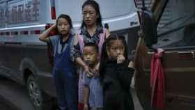 Mujer con sus hijos en China.