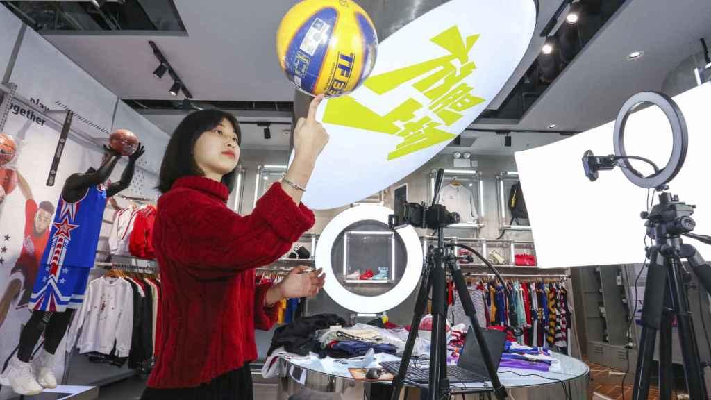 Una vendedora en una tienda de deportes de Jinjiang
