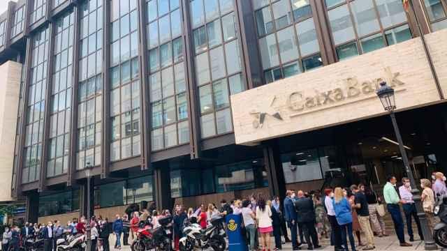 Los trabajadores de CaixaBank se concentran en protesta por el ERE.
