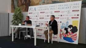 Rafael Andarias y Juan Martínez Leal en la Feria del Libro de Alicante.