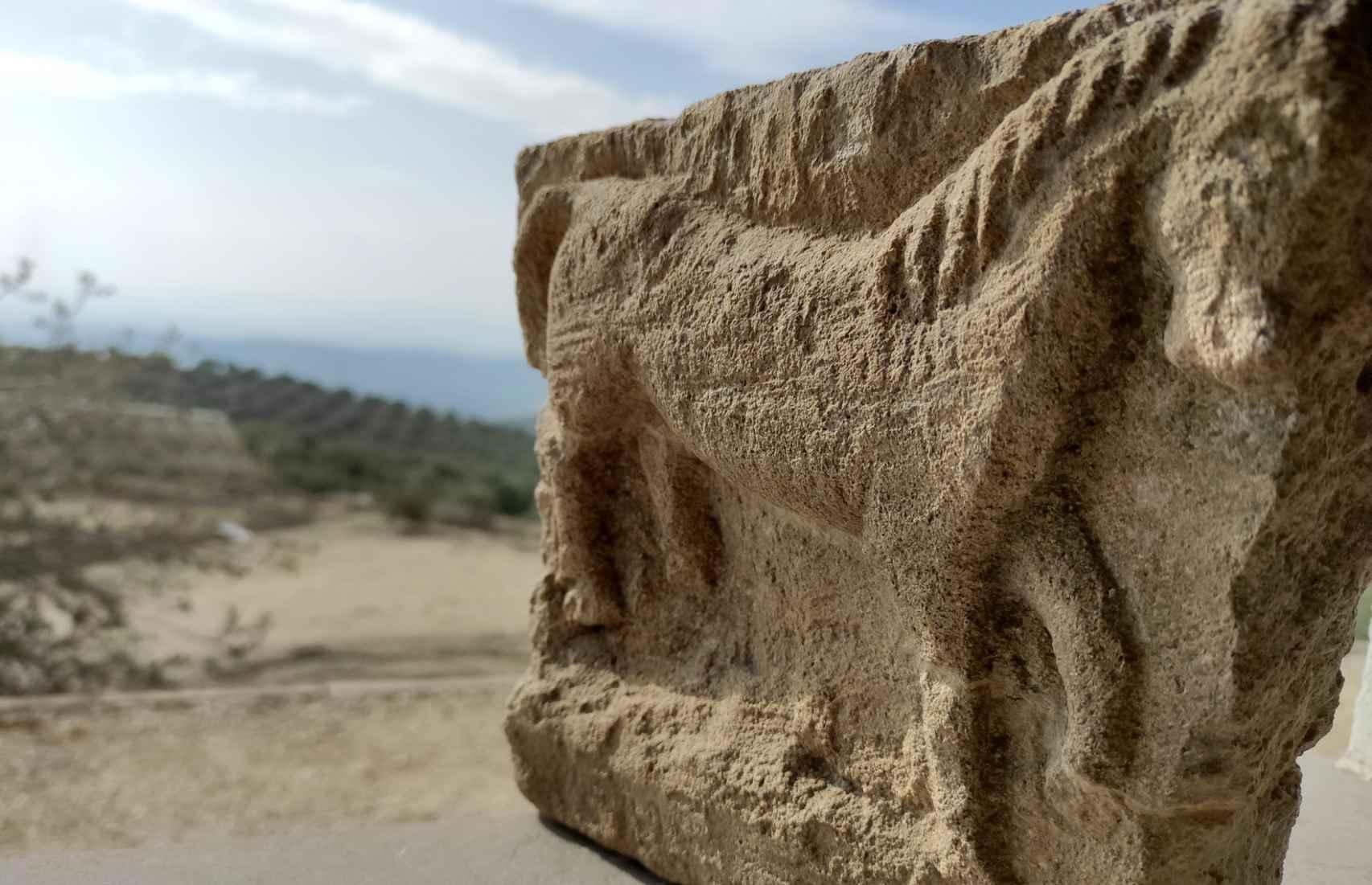 Detalle de uno de los exvotos con figura de caballo hallados en Torreparedones.