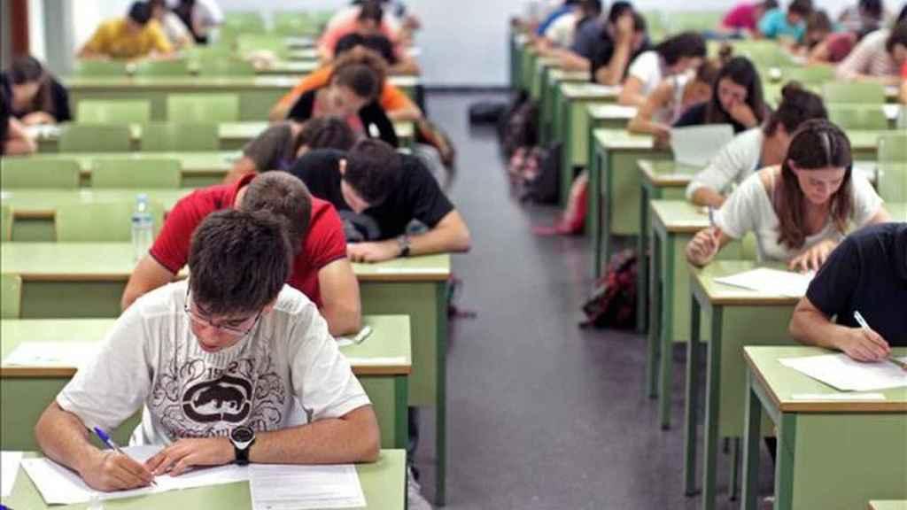 Alumnos haciendo las pruebas del informa PISA.