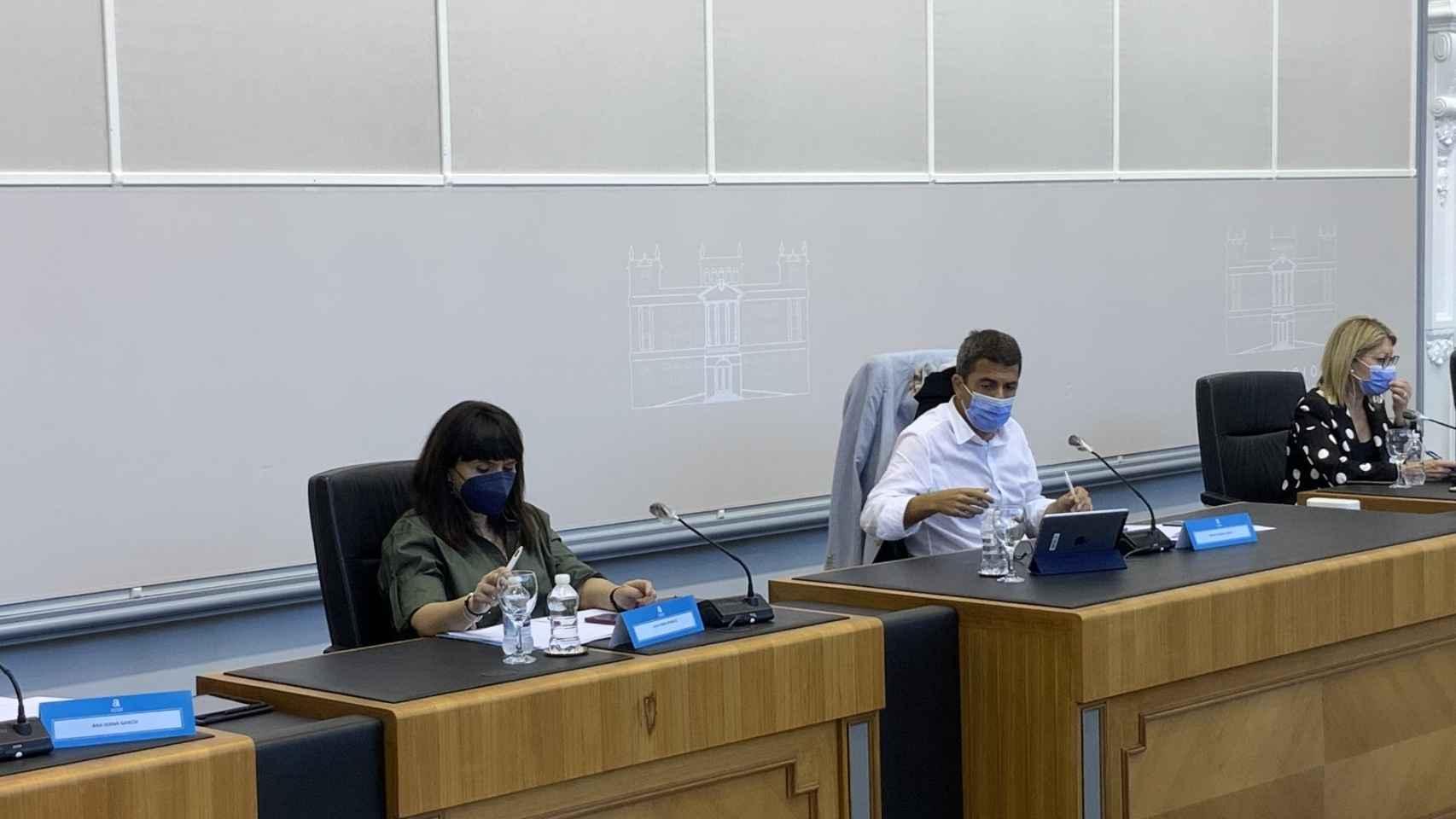 Mazón (PP) y Julia Parra (Cs) en el pleno ordinario de junio en la Diputación de Alicante.
