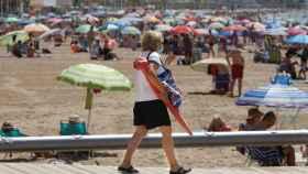 Una persona en la playa de Levante de Benidorm.