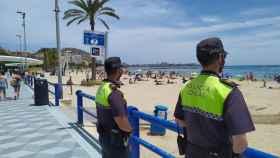 El Ayuntamiento de Alicante refuerza el dispositivo de Policía Local en las playas con 74 agentes.