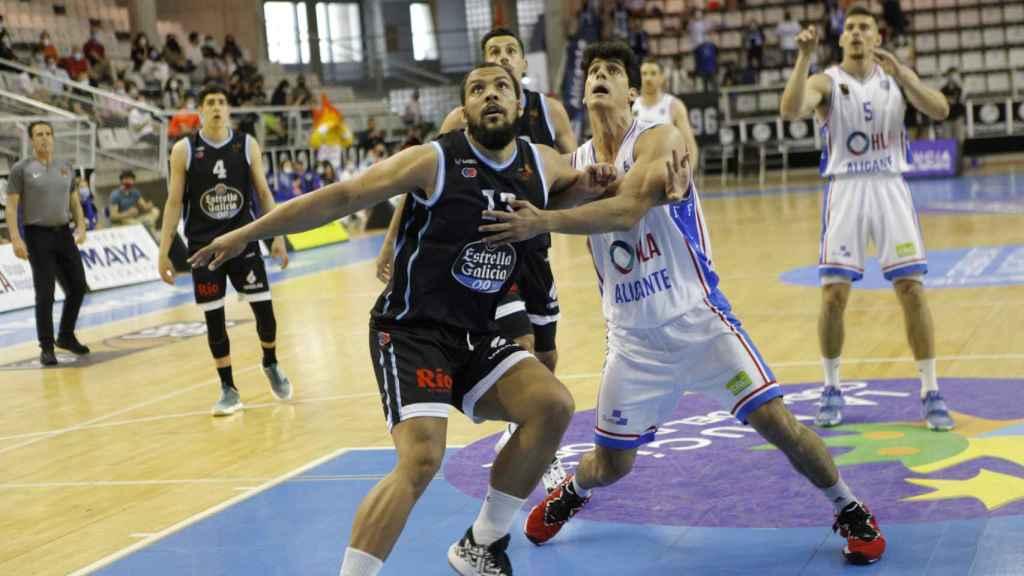 Bilbao pugna con un jugador de Breogán en la zona.