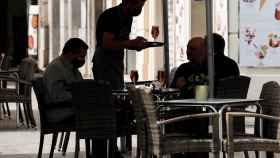 Un camarero sirve a una mesa en la Comunidad Valenciana.