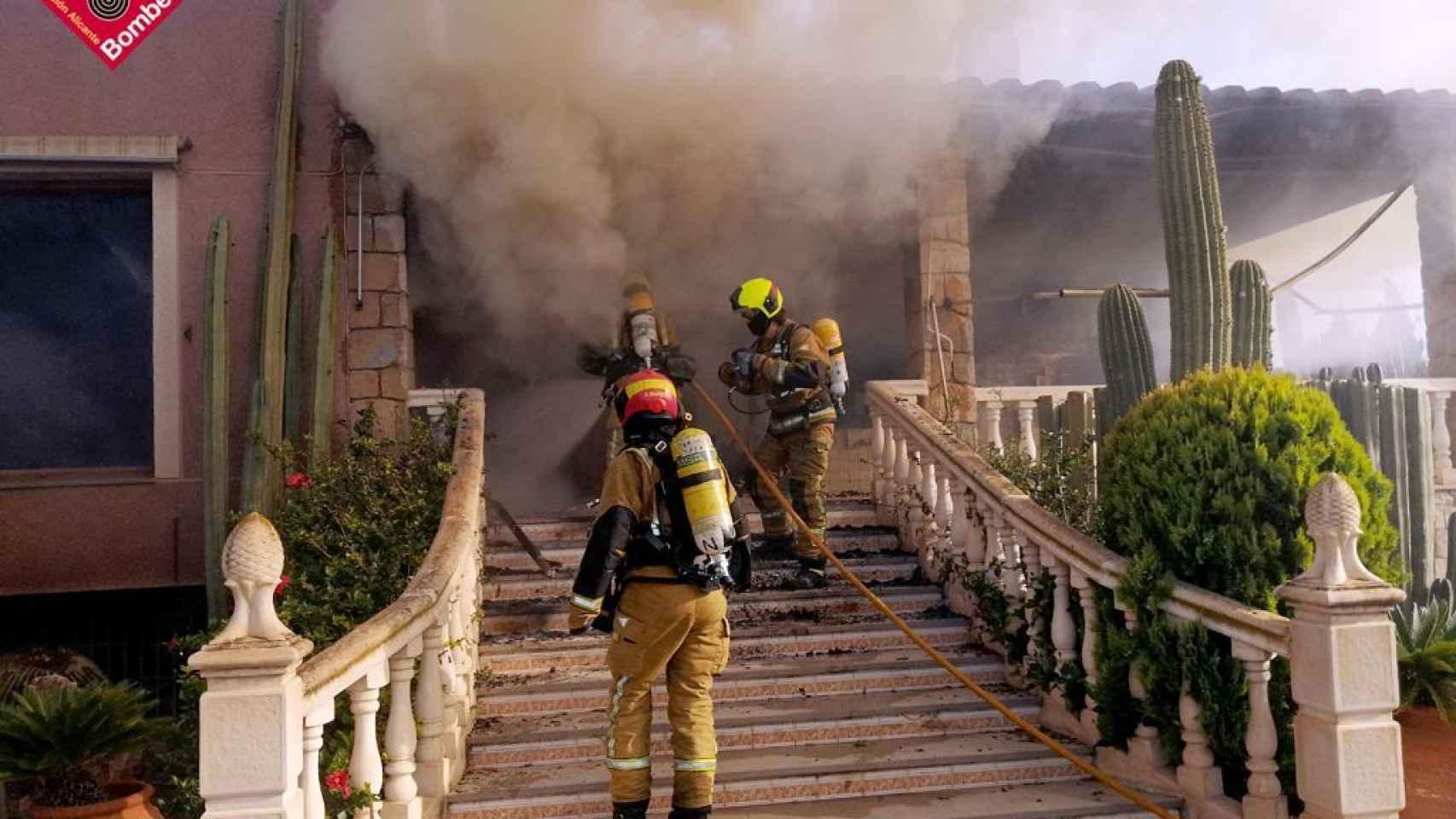 Momento de la intervención de los bomberos en el chalé.