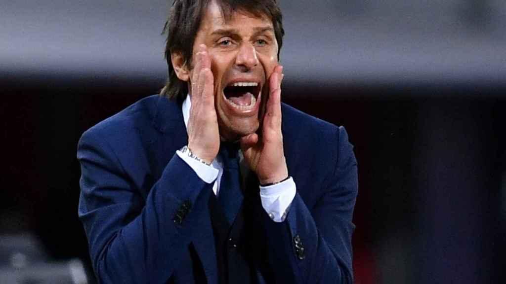 Antonio Conte dando órdenes durante un partido