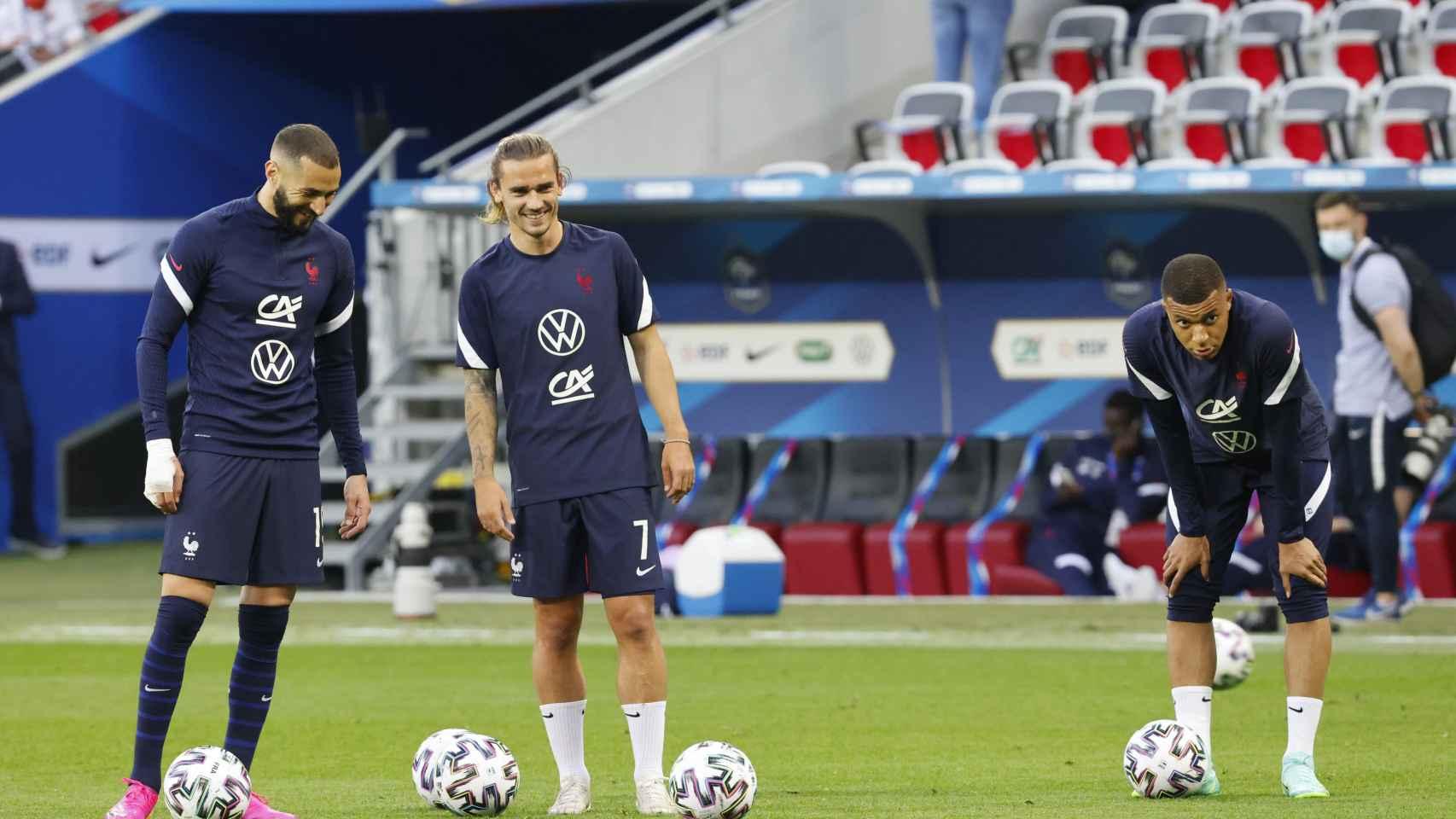 Benzema, Griezmann y Mbappé, durante el calentamiento de Francia