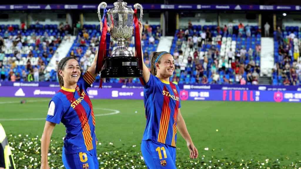 Alexia Putellas y Vicky Losada, con el trofeo de la Copa de la Reina