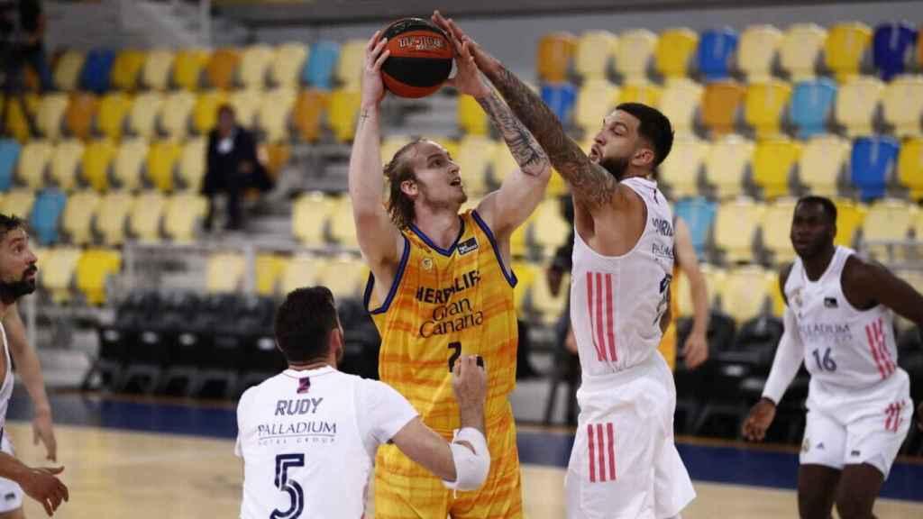 Poirier intentando taponar a Balcerowski en el Gran Canaria - Real Madrid