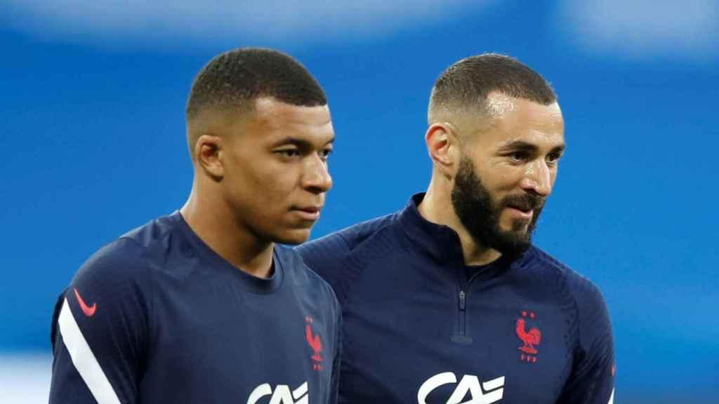 Mbappé y Benzema, en el calentamiento de la selección de Francia