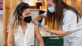 Una mujer recibe la segunda dosis de la vacuna en el Hospital Son Espases, Mallorca.