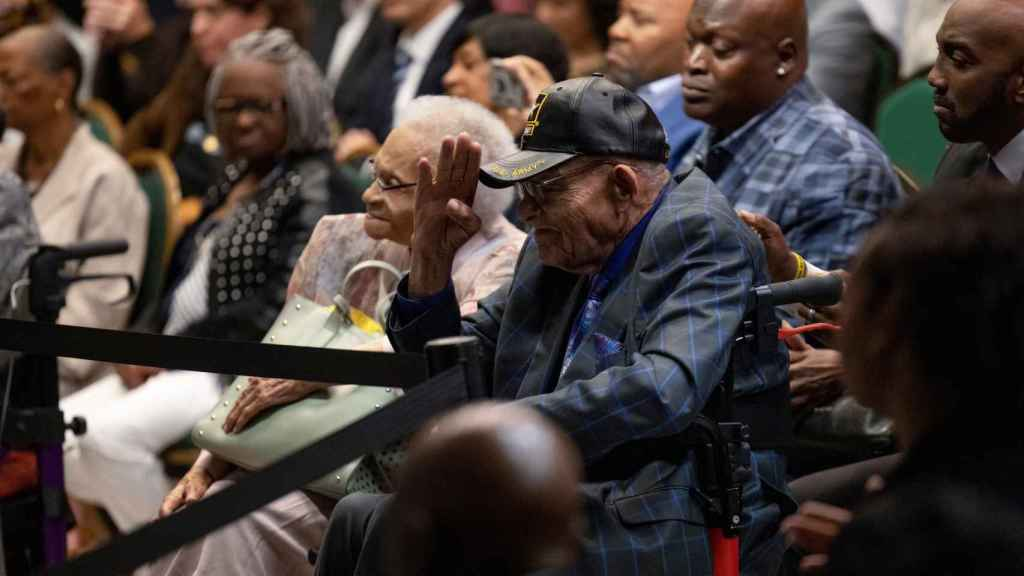 Los supervivientes de la masacre de Tulsa Viola Fletcher y Hughes Van Ellis escuchan a Joe Biden.